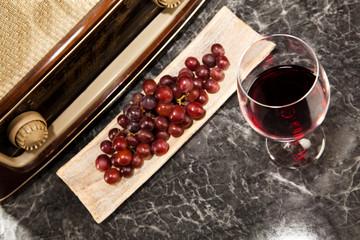 Ein Glas Rotwein mit Musik aus dem Radio