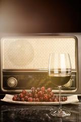 Alter Radio, Weintrauben und ein Glas Rotwein