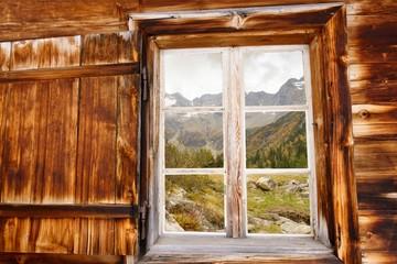 herbstliches Hochtal im Holzfenster