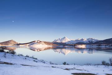 Paesaggio invernale abruzzese al crepuscolo