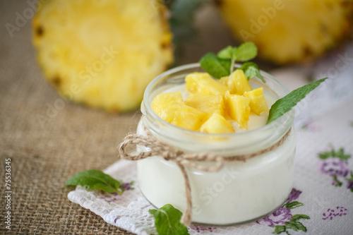 Foto Spatwand Zuivelproducten sweet homemade yogurt with pineapple