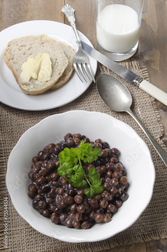 Leinwanddruck Bild grey peas with parsley in a bowl