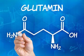 Hand mit Stift zeichnet chemische Strukturformel von Glutamin