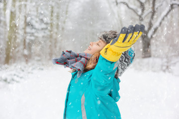 kind freiheit im schneegestöber