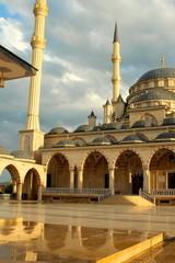Мечеть Сердце Чечни на фоне облачного неба