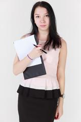 Девушка с планшетом для бумаг и ручкой