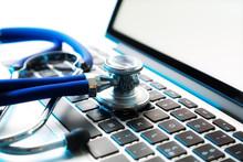 Stetoskop na laptopie