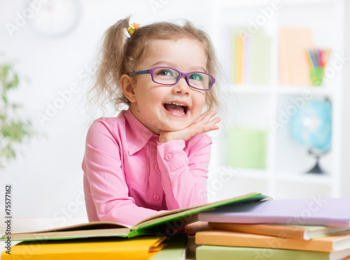 Happy kid reading books and dreaming - 75577162