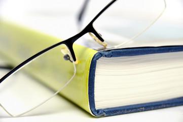 Großes Buch mit Lesebrille