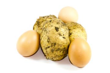 Frische Braune Eier und Kartoffeln
