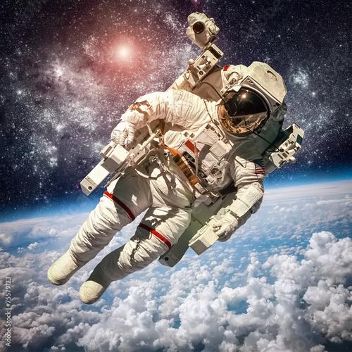 Astronauta w przestrzeni kosmicznej