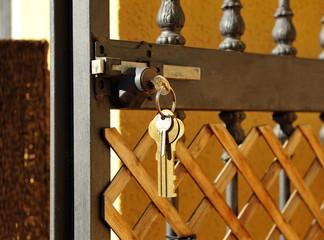 Cancela de hierro abierta, llaves en la cerradura