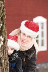 Mutter und Sohn mit Weihnachtsmützen