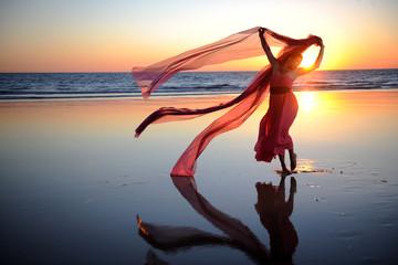 Frau tanzt am strand