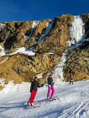 Mère et fille au ski
