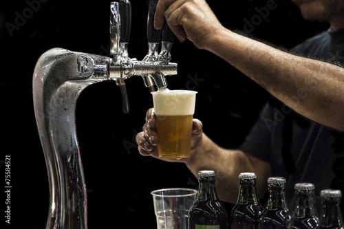 Keuken foto achterwand Bier / Cider Man drawing beer from tap