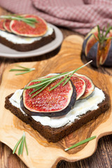 bread with goat cheese, figs, honey and rosemary
