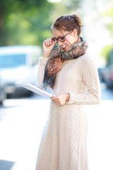 Frau mit Brille und Exposé