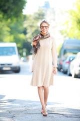 Attraktive Frau auf der Straße