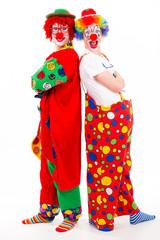 clowns stehen rücken an rücken