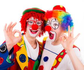 clowns machen fingerzeichen