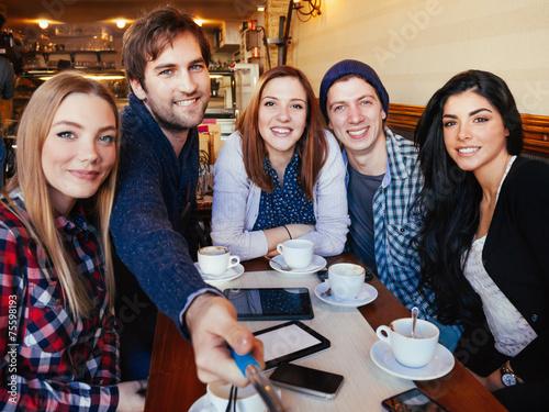 Grupa Przyjaciół W Cafe Taking Selfie