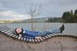 Kind macht Pause und entspannt am See