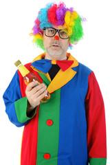 Betrunkener Clown mit Flasche Bier