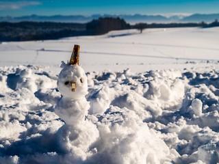 Schneemann ziert bayrische Winterlandschaft