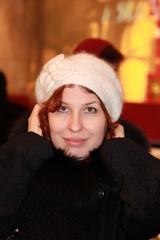 Девушка в зимней вязанной шапочке