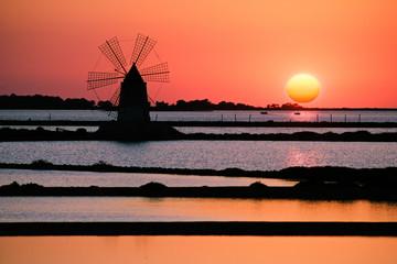 Mulino a vento al tramonto. Saline Marsala