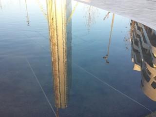 Torre isozaki riflessa nell'acqua