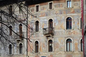 palazzo con dipinti