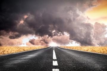 striscia di asfalto verso il temporale