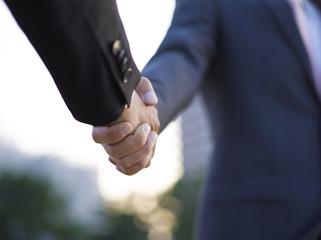 握手する2人のビジネスマン