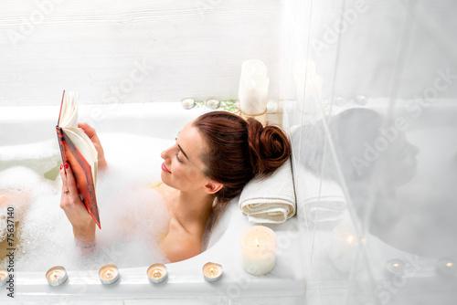 Woman bathing - 75637140