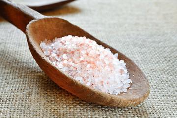 cucchiaio di legno con sale rosa