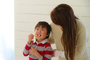 歯磨きする親子