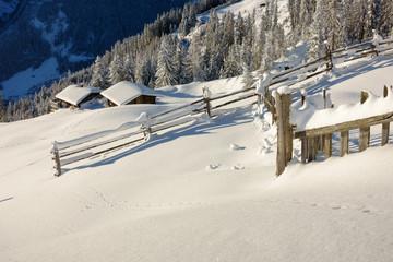 tief verschneite Schihütten