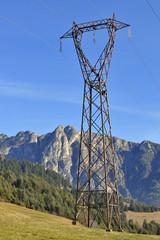 Energia elettrica traliccio in montagna