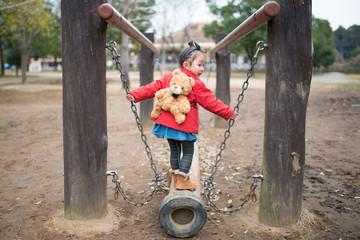 遊具で遊ぶ少女