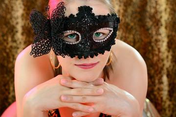 Hübsche Frau trägt Maske