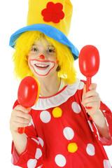 Clown mit Rasseln macht Musik