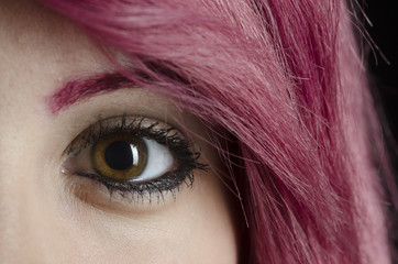 Mädchen braun-grüne Augen rote Haare