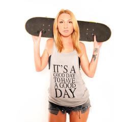 Frau mit Skateboard
