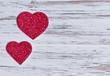 zwei Herzen auf Holzbrett