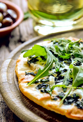 Goat cheese and mozarella green pizza