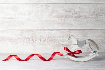 Schaukelpferd mit roter Schleife
