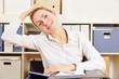 Frau dehnt Nacken gegen Verspannung