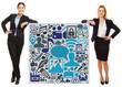 Zwei Geschäftsfrauen lehnen an Social Media Icons